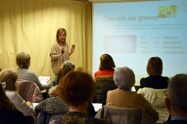 La dietista Marta Pons durant la seva xerrada als usuaris de L'espai, ahir.