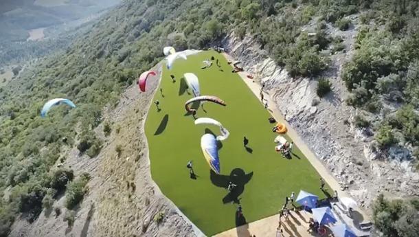 Imatge aèria de les noves instal·lacions de parapent a Organyà, amb la zona d'envol entapissada amb gespa artificial.