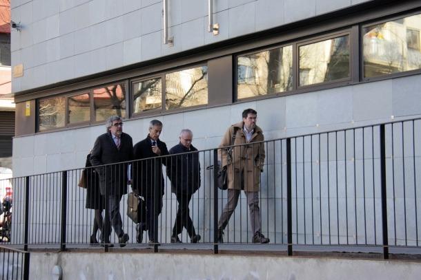 Albert Batalla i Jesús Fierro amb l'advocat Jordi Pina entrant als jutjats de la Seu d'Urgell.