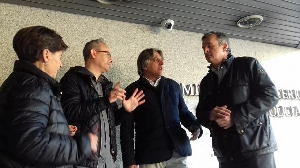 Nomen, a la dreta, amb Francesca Mora, Pere Revert i Rafel Gaytán, ahir a la policia.