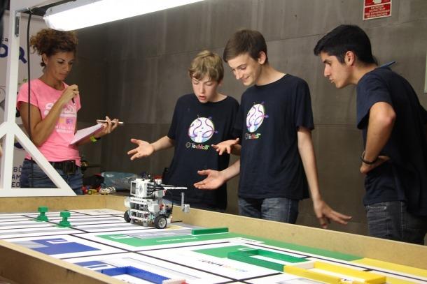 Un dels equips participants en la fase final de la World Robot Olympiad.