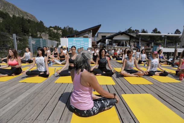 Sessió de ioga després de la caminada solidària de dissabte passat al matí.