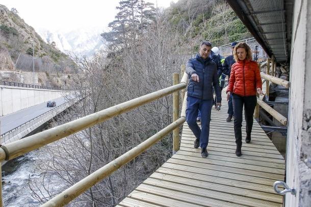 Calvó i Rossell van passejar per la nova passarel·la amb responsables de les obres.