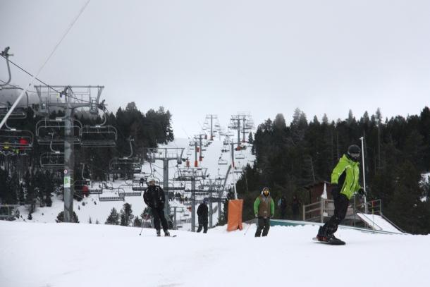 Grup d'esquiadors baixant per una pista de Port Ainé, divendres passat.