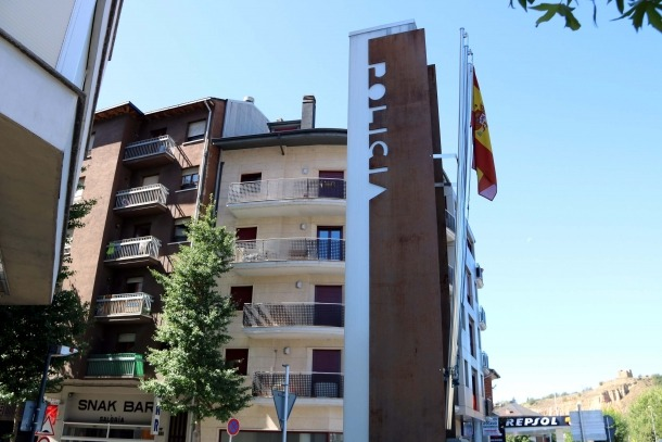 Demanda per retirar la bandera espanyola de la comissaria