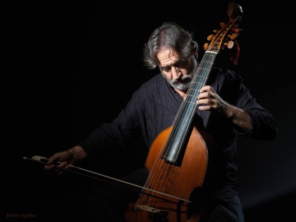 Amb la viola de gamba: Savall (Igualada, 1941) toca un instrument del segle XVI fabricat a Itàlia.