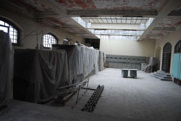 La sala de les emissores de l'estació, amb la SFR del 1938 i, al fons, la Brown Boveri de 1963, abans que comencés la intervenció a l'edifici, el 2012.
