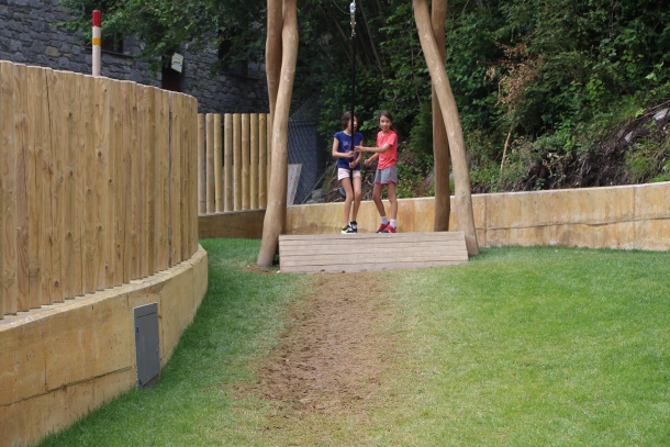 Dues nenes, a punt de provar la tirolina del parc, que va obrir l'1 de juliol.