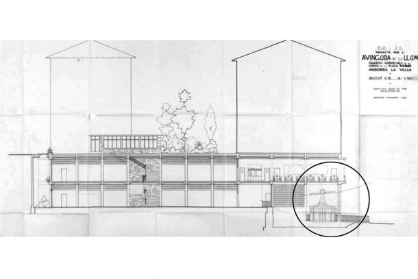 Encerclada, la sortida del telefèric des del complex comercial de la plaça Rebés, direcció Prat Primer. El va projectar el 1958 l'arquitecte Josep Maria Sostres sota els auspicis de Bartomeu Rebés.