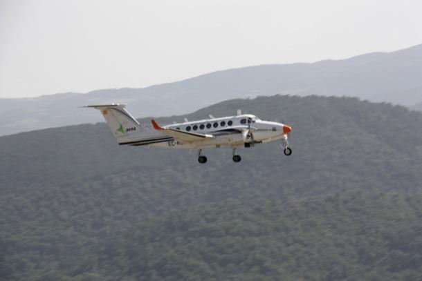 L'avió de verificació de vol durant les proves en la jornada d'ahir.