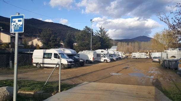 Els aficionats a les autocaravanes valoren la ubicació en aquesta zona d'aparcament.