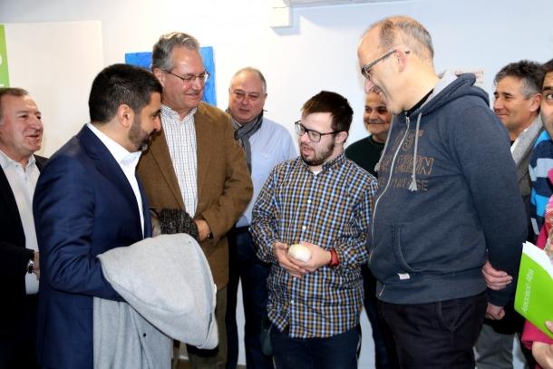 El conseller de Treball, Chakir el-Homrani, parla amb un usuari de la Fundacio Alba Jussà.
