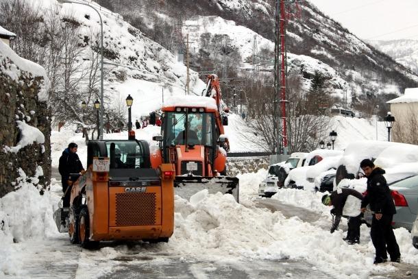 Operaris amb eines manuals i mecàniques netegen els carrers de Tavascan, al Pallars Sobirà, ahir dimarts.
