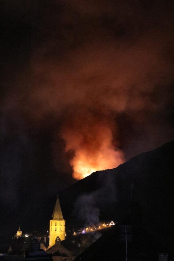 Els Pompièrs d'Aran continuaran demà les tasques d'extinció de l'incendi.