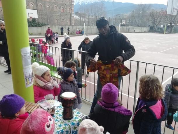 La jornada ha permès conèixer les diferents cultures que conviuen a l'escola.