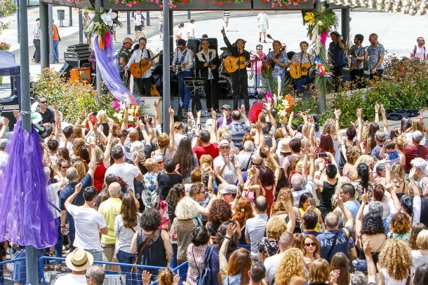 L'actuació de Los Manolos a la plaça del Poble, ahir al migdia.