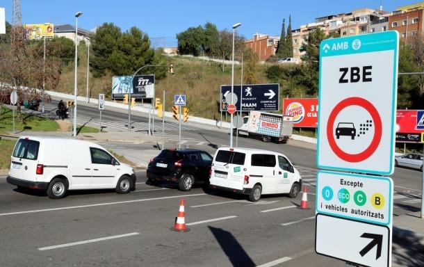 Senyal de la ZBE instal·lat al ramal de la sortida 14 de la Ronda de Dalt, a l'Hospitalet de Llobregat.