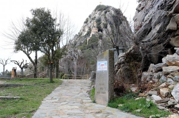 La ruta dels Bons Homes i, al fons, la cova de la Troballa, a Queralt.