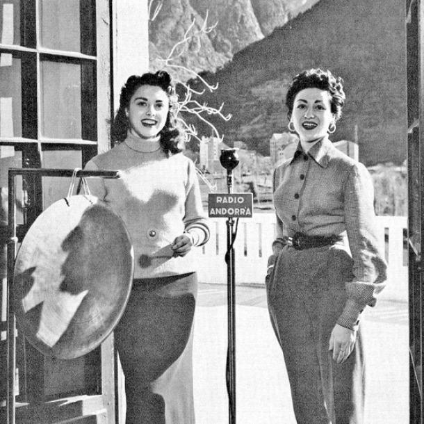 Lydia Linares, amb el gong, i Carmen del Monte, les veus de 'El concierto de los radiooyentes', i dues de les estrelles dels anys daurats de l'emissora: aquí, a la terrassa de l'estudi del roc de les Anelletes, amb el gong que precedia la sintonia, i que es va 'extraviar' en algun moment del trasllat a Encamp.