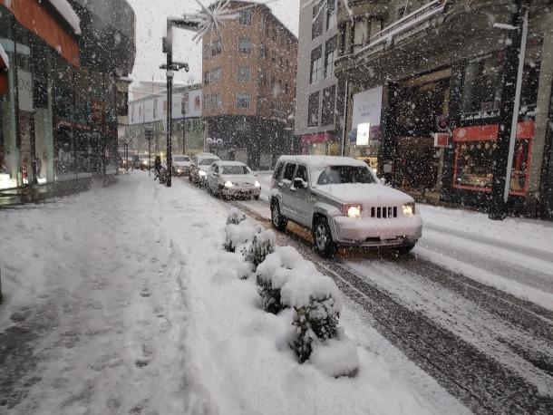 Vehicles circulant en un episodi de neu.