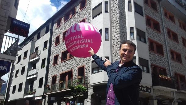 Mas, a la plaça Guillemó, amb un dels inflables que aquests dies gegants han aparegut als carrers del centre històric de la capital per promocionar l'Ull Nu.