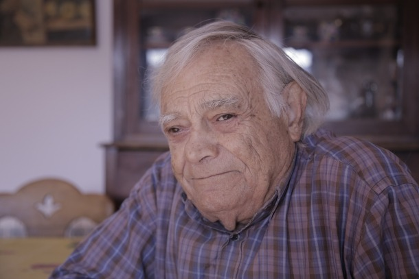 Sergi Mas, retratat a casa seva, a la plaça Laurèdia de Sant Julià.