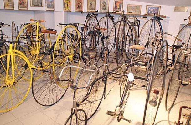 Una imatge de les bicicletes exhibides al Museu de l'Automòbil, que formen part de la col·lecció de la família Riberaygua.