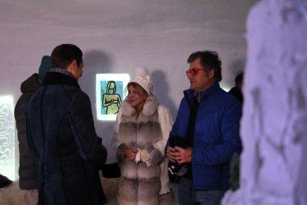 La baronessa Carmen Thyssen i el director del museu, Guillermo Cervera, durant la inauguració de l'Hotel Iglú.