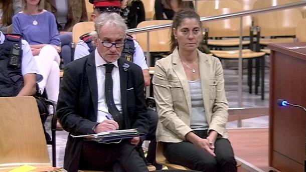Els pares de la Nadia asseguts al banc dels acusats durant el judici.