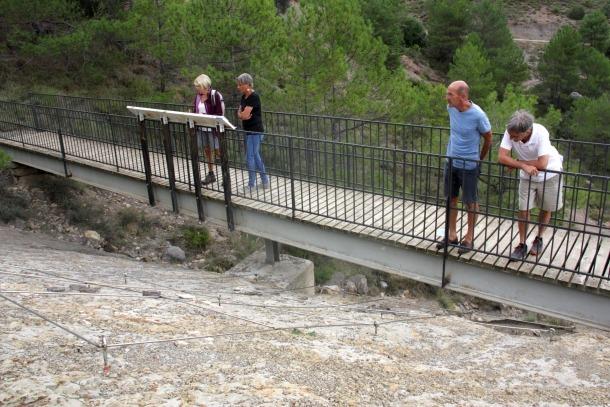 Un grup de visitants a la zona on hi ha els ous de dinosaure i que forma part del jaciment del Mirador del Cretaci.