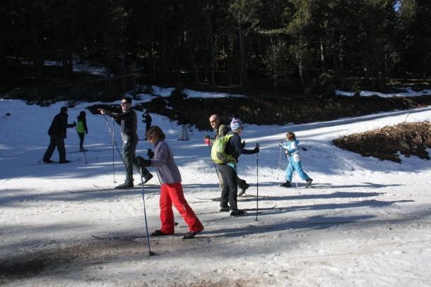 Esquiadors practiquen l'esquí nòrdic a l'estació de Tuixent-la Vansa.