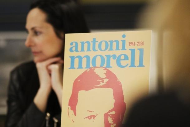 El grafisme que identificarà els actes en homenatge a Antoni Morell que se succeiran al març. Al fons, la cònsol Olga Molné.