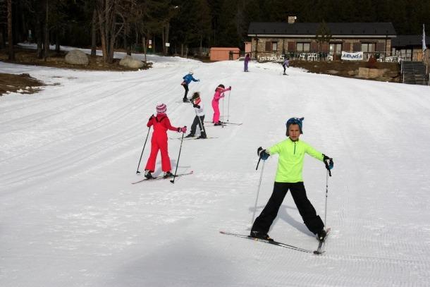 Diversos escolars practicant esquí nòrdic a Lles de Cerdanya.