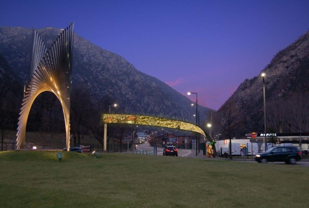 Fotomutatge amb l'arc de leds a l'inici de l'avinguda d'Enclar, en ple entorn de protecció del pont de la Margineda.