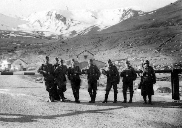 Un destacament de soldats de la Werhmacht posa en actitud distesa a la barrera de la duana francesa: som en algun moment entre el novembre del 1942 i agost del 1944.