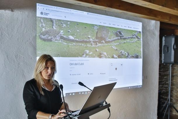 Verònica Solsona, que ha desenvolupat la web 'www.primerapedra.com', l'ha explicat avui a la sala noble de cal Pal.