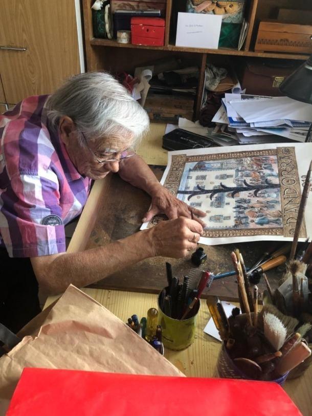 Sergi Mas treballa en l'original del cartell al seu taller de la laurediana plaça de la Germandat.