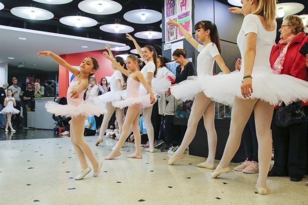 Ballarines participants al taller de dansa clàssica ofert ahir al matí a La Llacuna.