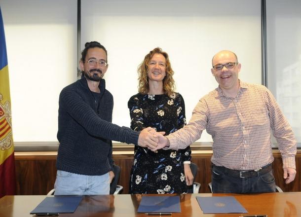 Moment de la signatura entre les tres parts.