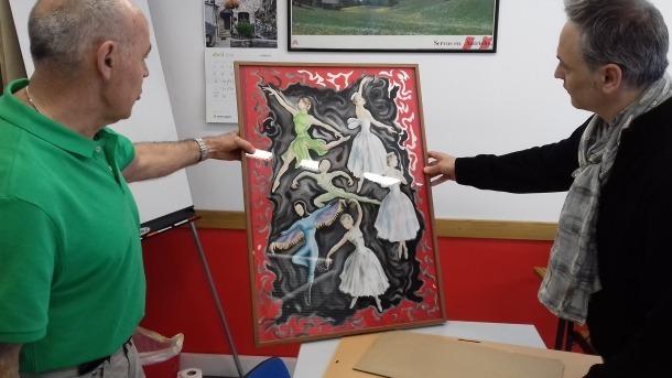 Claude Benet i Jaume Torra observen un dels cartells pintats per Judit Tulla; a la dreta, el cartell de l'actuació de l'Esbart Andorrà al cine Valira, el 16 de febrer del 1952.