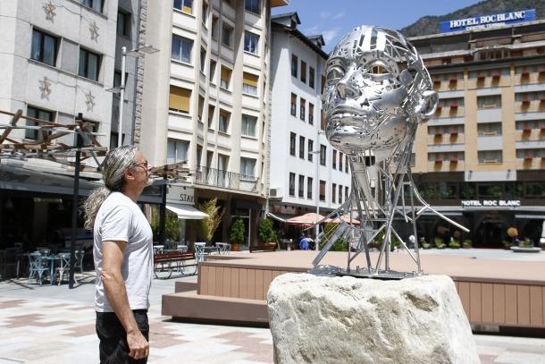 Díez contempla 'Nefer 2.0', plantada des d'ahir a Coprínceps: fa 1,80 metres d'alçada, està construïda en acer 316 i va muntada sobre un pedestal de granit del país.