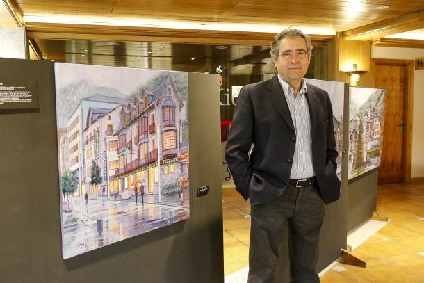 L'artista Jaume Campmany amb alguns dels quadres que es poden veure al vestíbul de l'hotel AnyósPark.