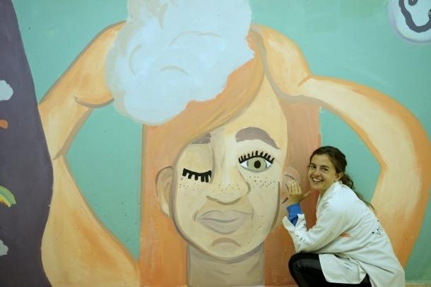 Rodrigo, satisfeta amb el mural que aquest mateix curs ha enllestit en un taller educatiu a l'escola andorrana de la Massana: és al passadís que connecta el gimnàs amb el vestuari, i hi van participar alumnes de 10 i 11 anys.