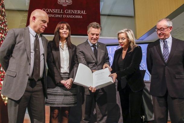 El síndic i l'editora d'Aloma, Montserrat Cardelús, sostenen un exemplar del 'Digest', amb Villaró, la subsíndica, Mònica Bonell, i Massa.