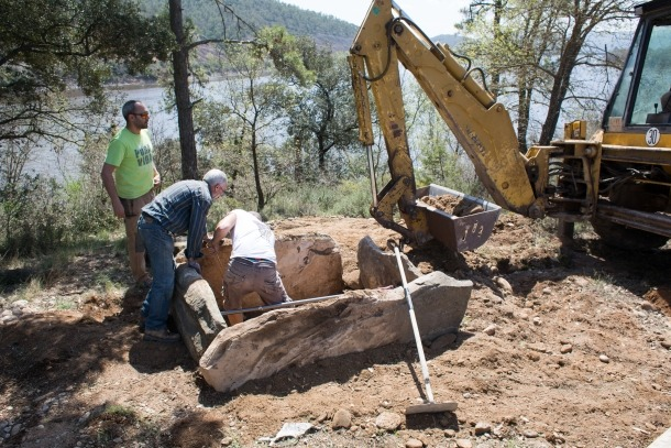 Treballs d'aixecament del sepulcre de Nuncarga, a tocar del pantà de Rialp, dissabte passat.