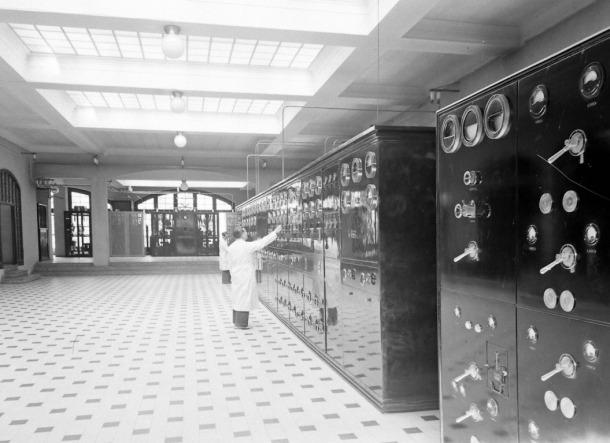 La sala noble de Radio Andorra, a la planta 1, amb l'emissora sospitosa: era el 1947.