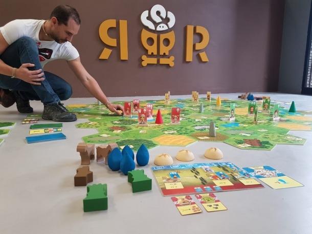 Remolins contempla el tauler modular del joc, al taller escaldenc de Regirarocs.