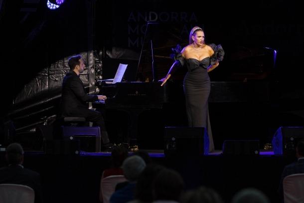 Imatge del concert d'Ainoa Arteta a la plaça del Consell.