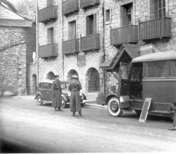 Dos guàrdies civils vigilen l'hotel Valira, convertit en quarter general del destacament que l'abril del 1944 es va establir al país; s'hi van quedar fins a mitjans del 1945.