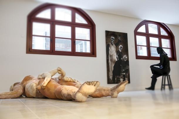 Obres de Zoe i de Sam Bosque al 'hall' del Rosaleda, que s'ha habilitat com a sala d'exposicions.
